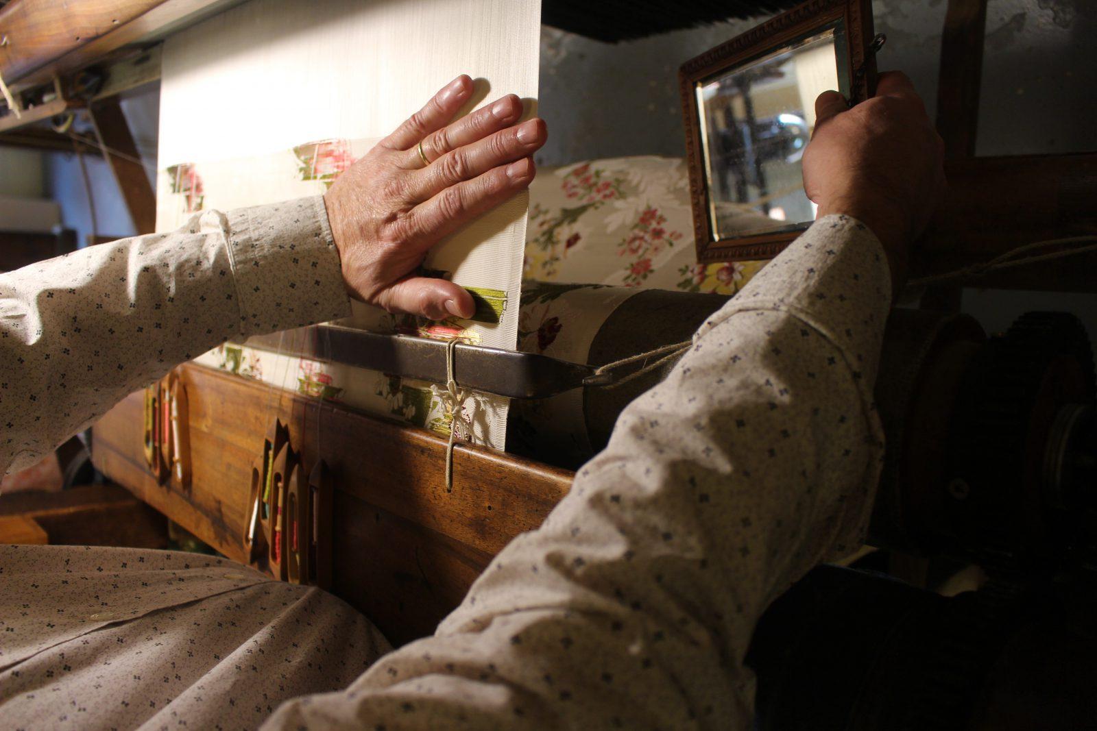 Philippe Varenne avec miroir métier à tisser Maison des Canuts Lyon @françoyse Krier