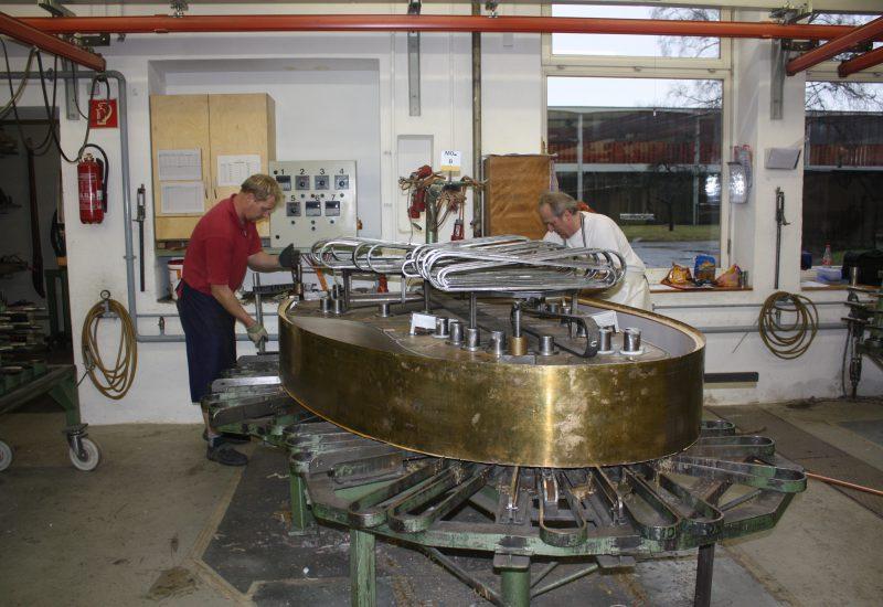 Fabrique Steinway Hambourg - serrage de la ceinture