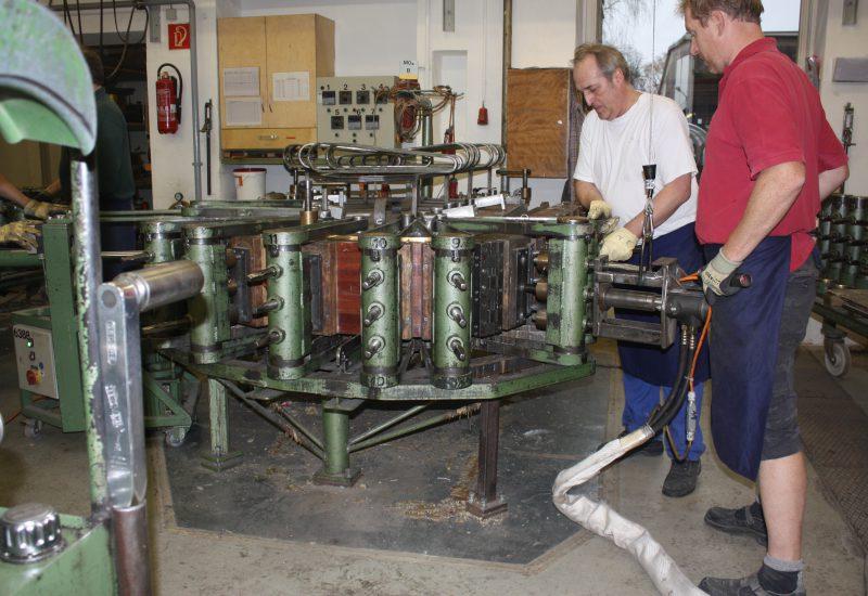 Fabrique Steinway Hambourg - mise en place de la ceinture