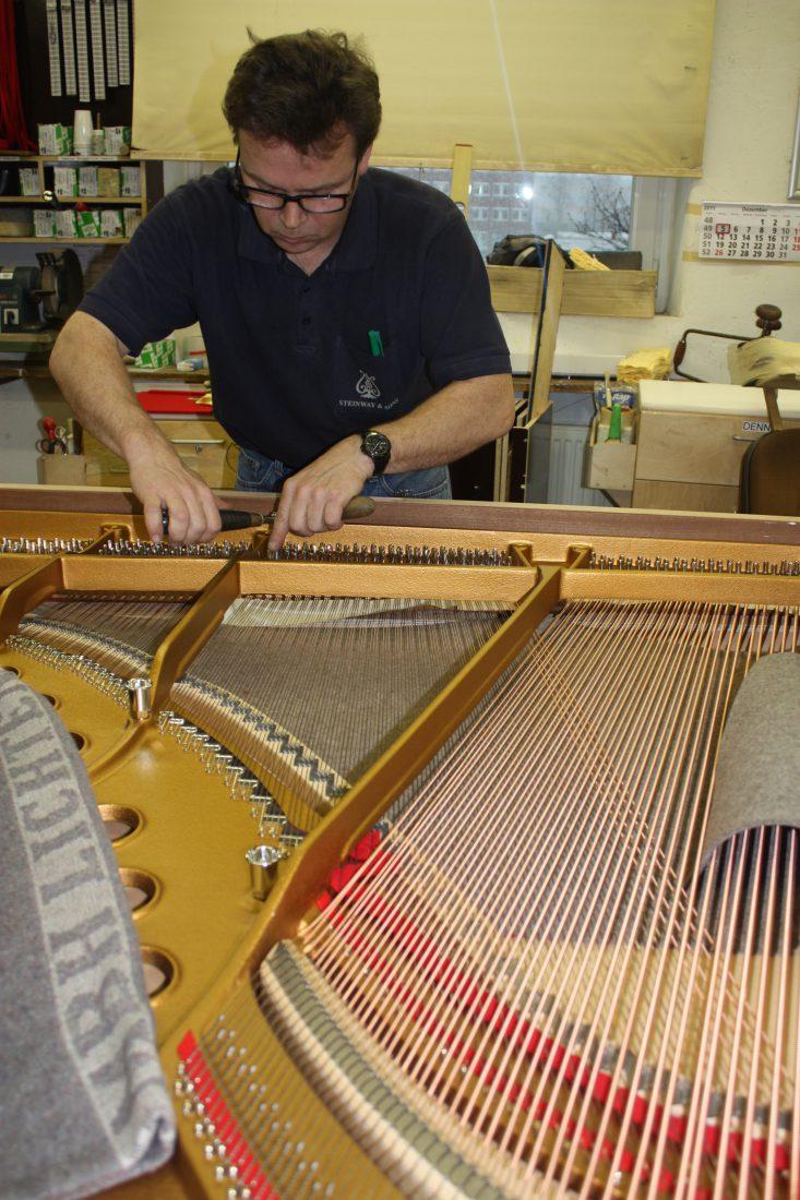 Fabrique Steinway Hambourg - vérification des cordes