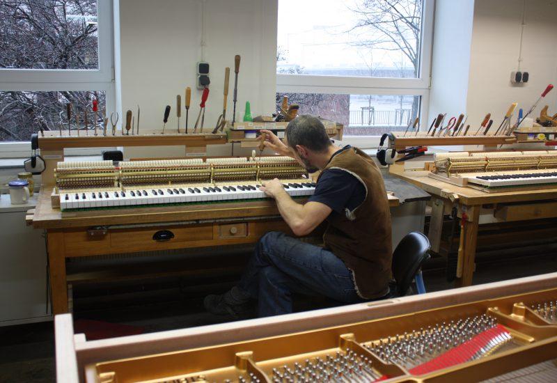 Fabrique Steinway Hambourg - mise en place clavier