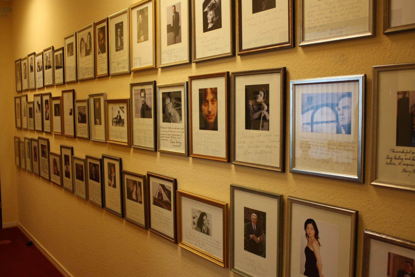 Fabrique Steinway Hambourg - mur avec dédicaces et photos des pianistes