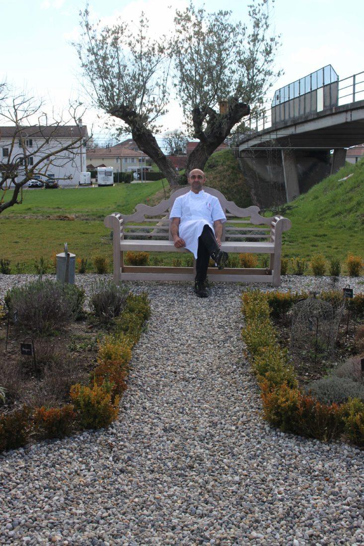 Tristan Carbonatto dans son jardin à Perroy