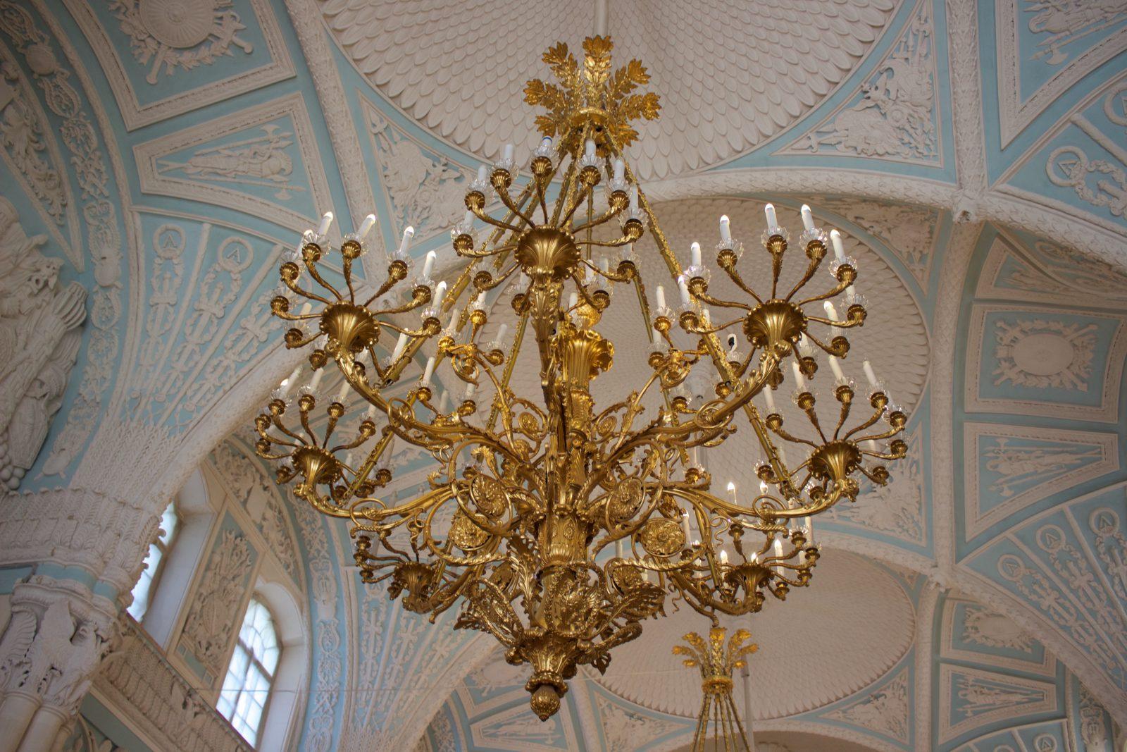 Saint Petersbourg musée Ermitage Lustre et plafond peint