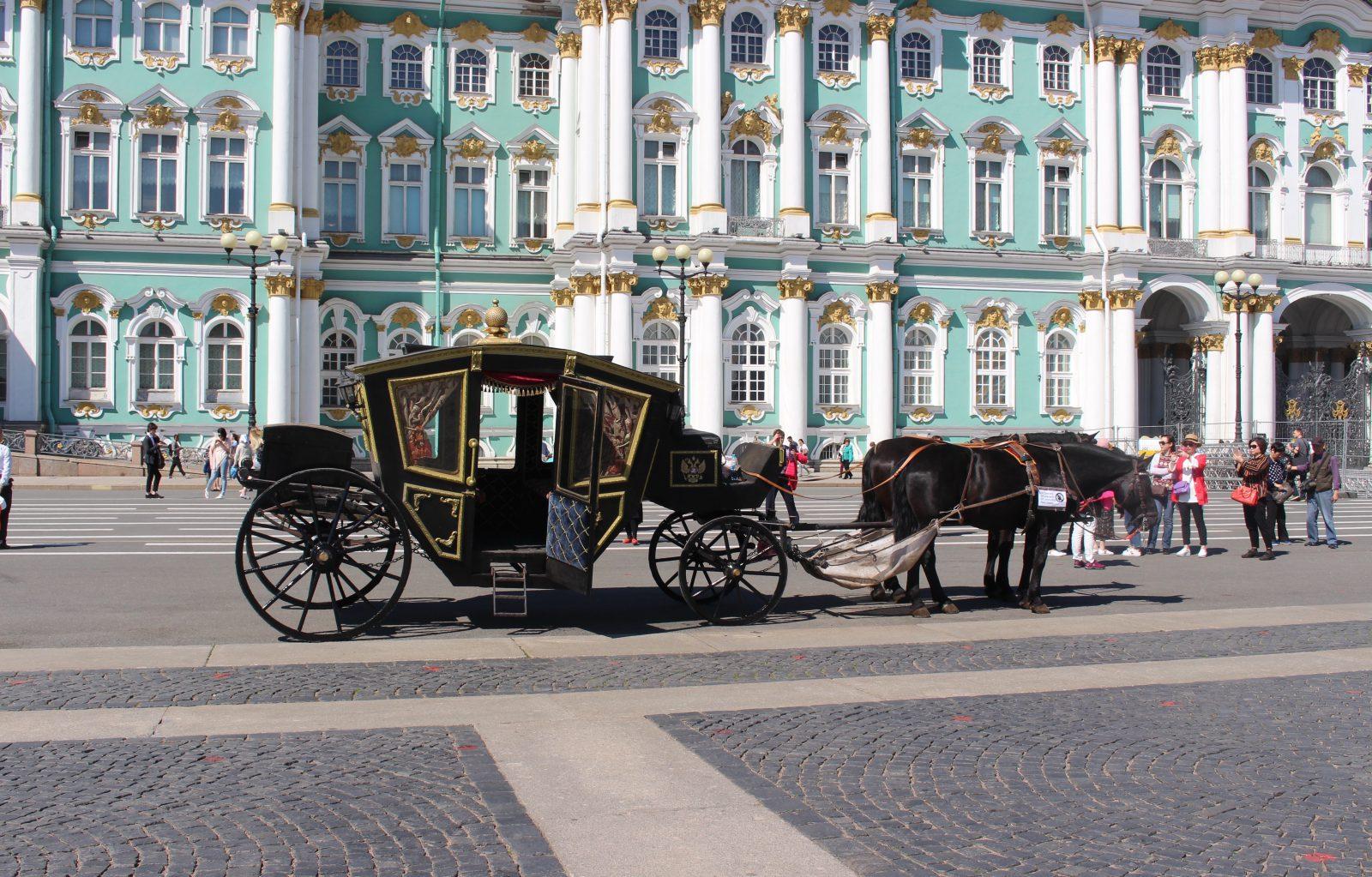 Saint Petersbourg calèche devant le musée Ermitage