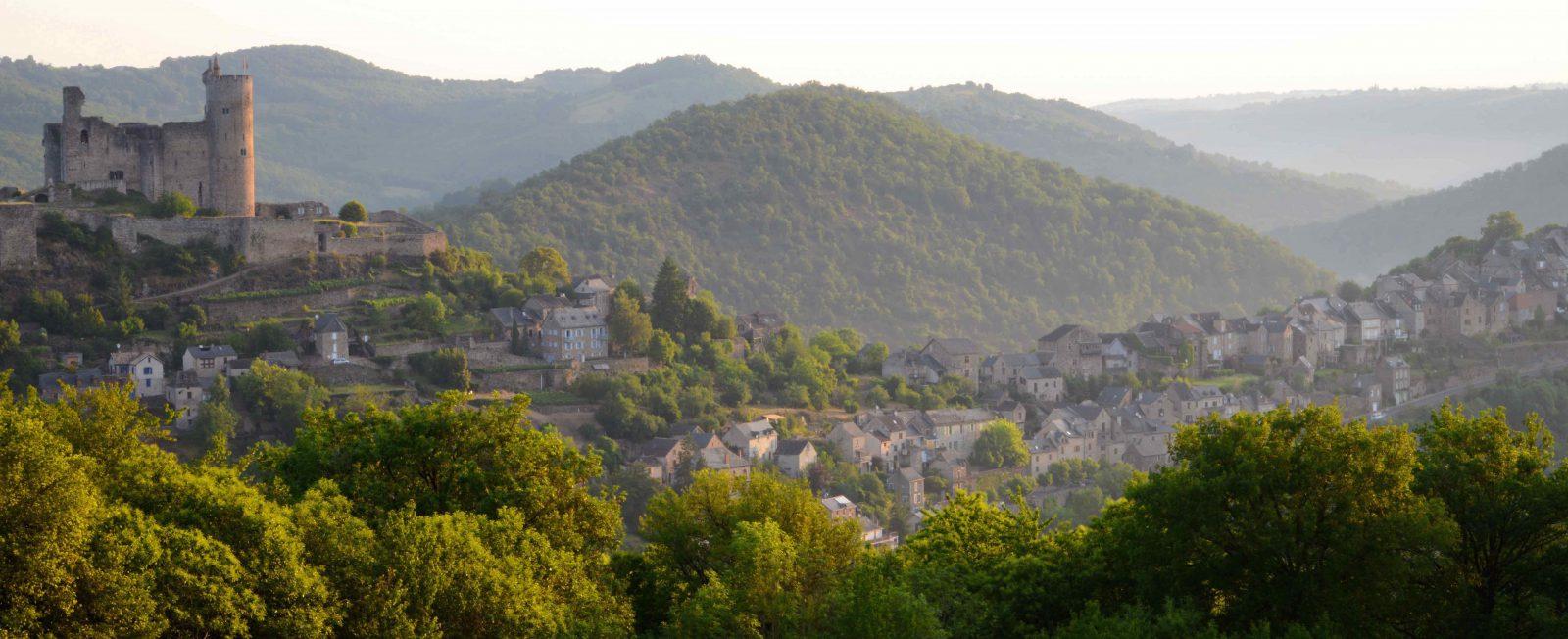 Najac, Aveyron, entouré de forêts