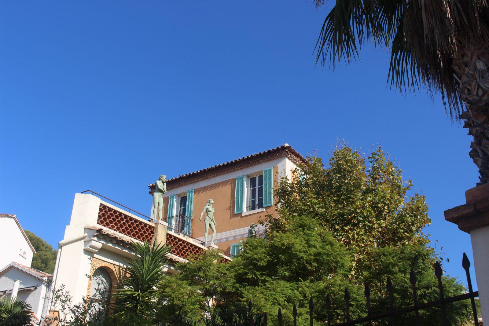 Cassis Villa Ariane statues ornant le toit de la bibliothèque municipale