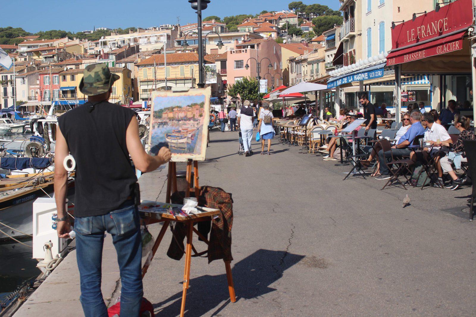 Cassis peintre sur le port
