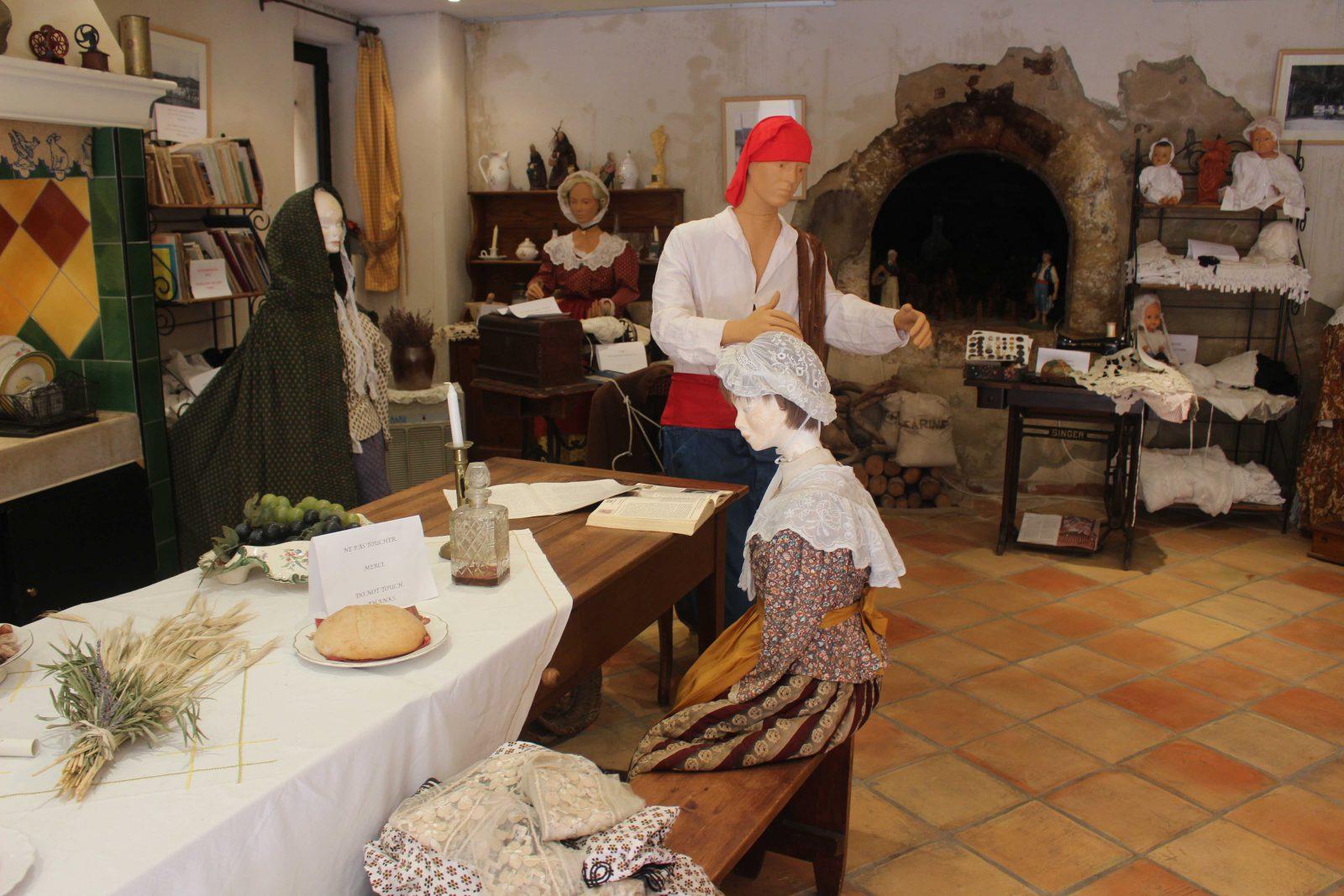 cassis le four banal - costumes provençaux