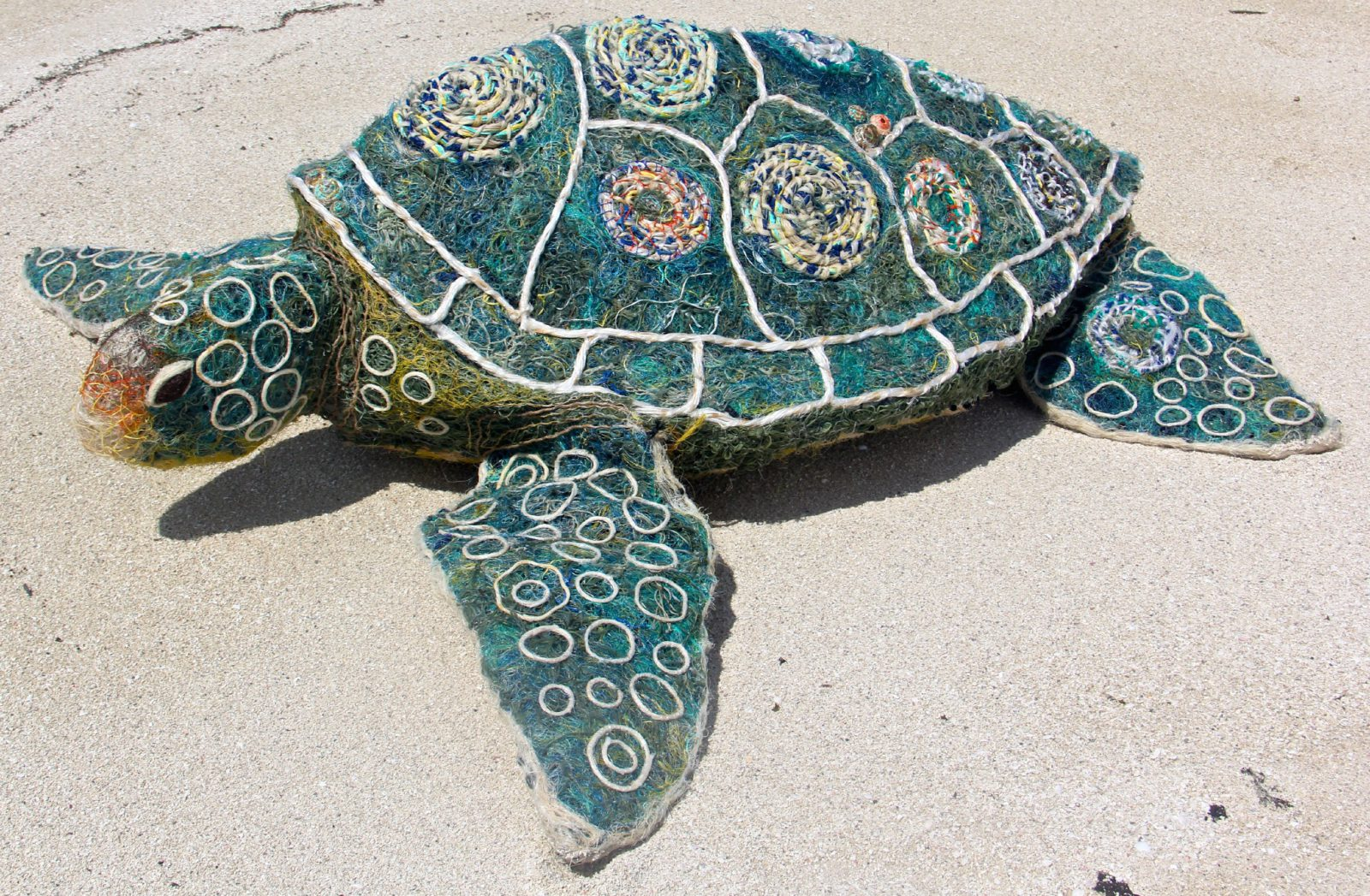Oeuvre Collaborative / Emarr la tortue, 2017. Filets de pêche recyclés