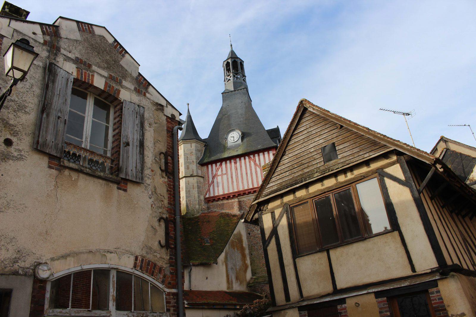 Saint-Fargeau vue et maisons à colombages