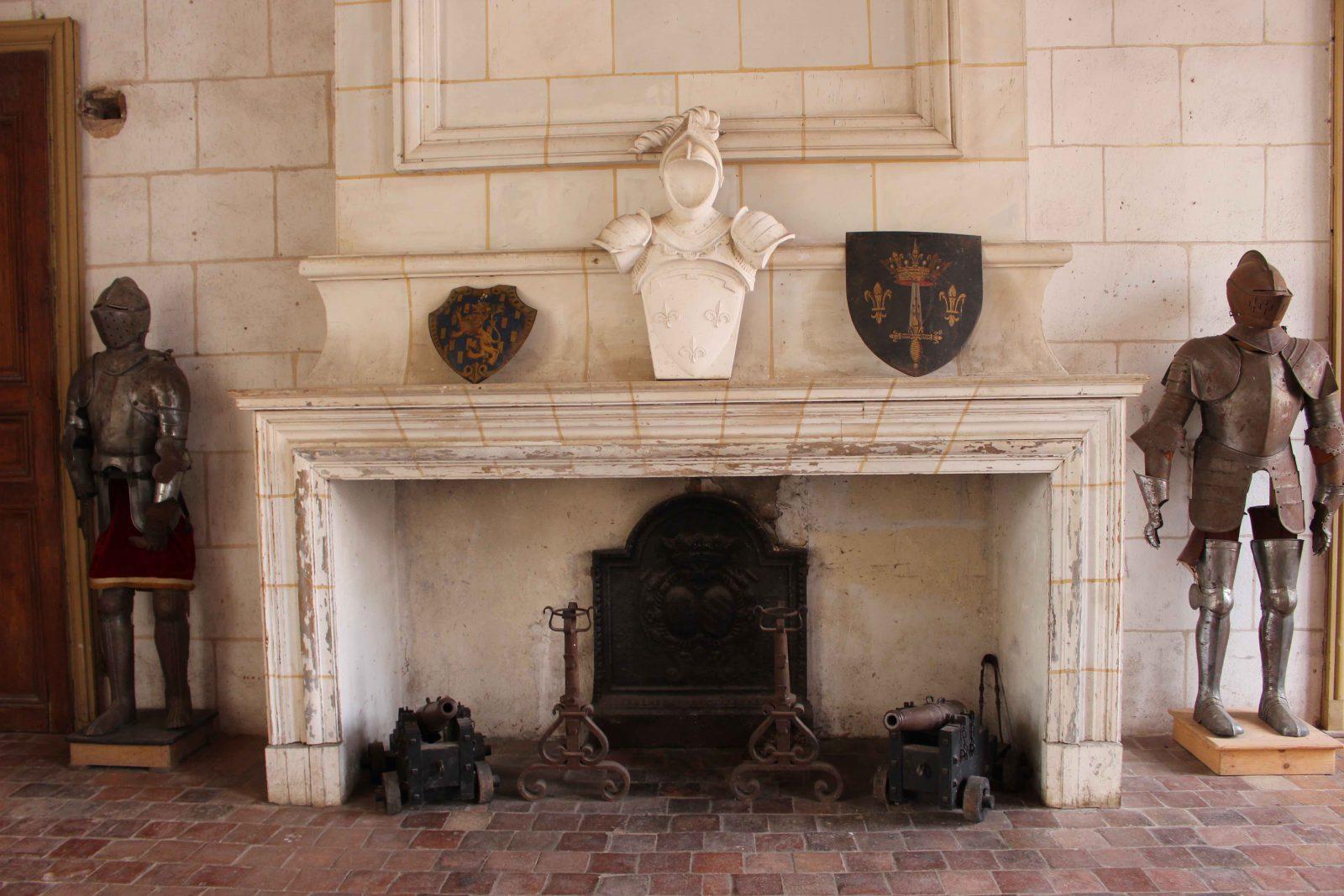 Château de Saint-Fargeau cheminée et armures