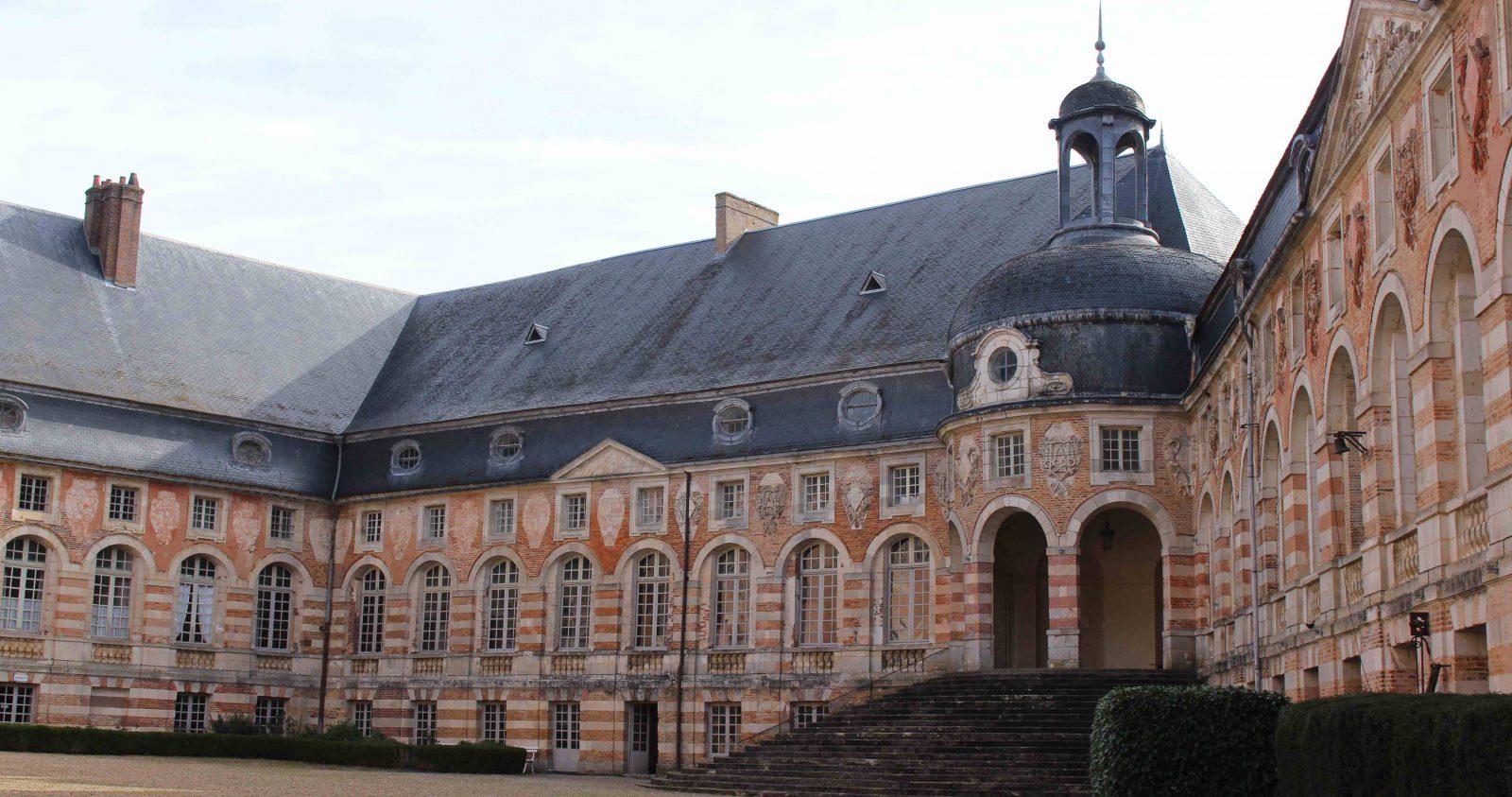 Château de Saint-Fargeau la COur d'honneur