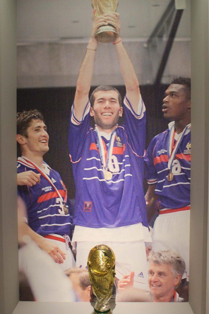 Marseille Mucem - Nous sommes Foot ! 1998 coupe brandie par Zidane