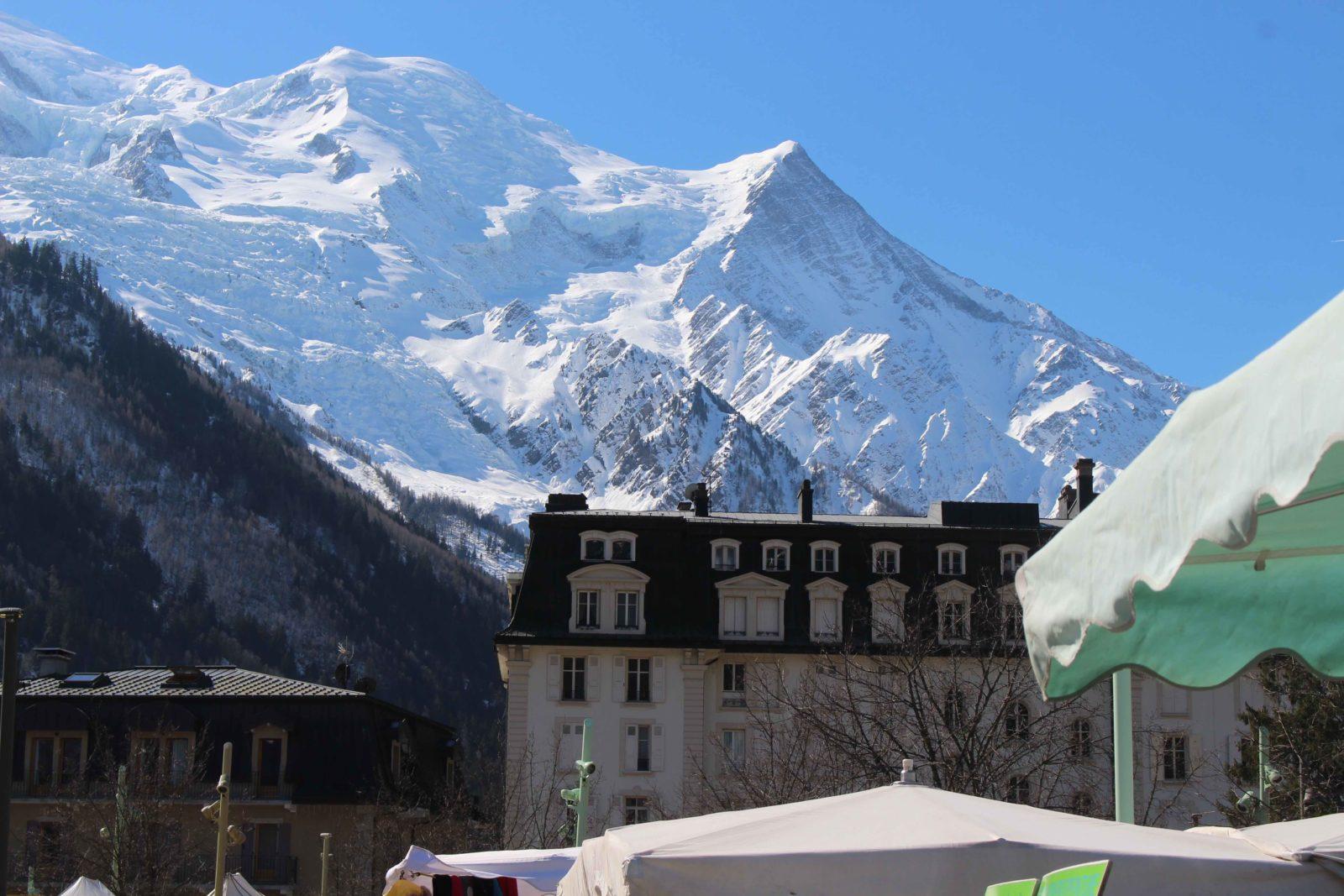Chamonix vue sur le mont blanc depuis le marché