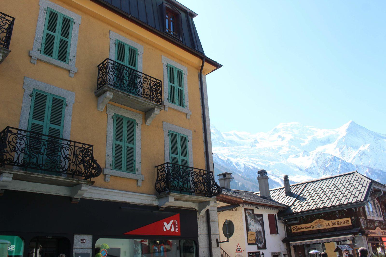 Chamonix maison typique avec mont-blanc