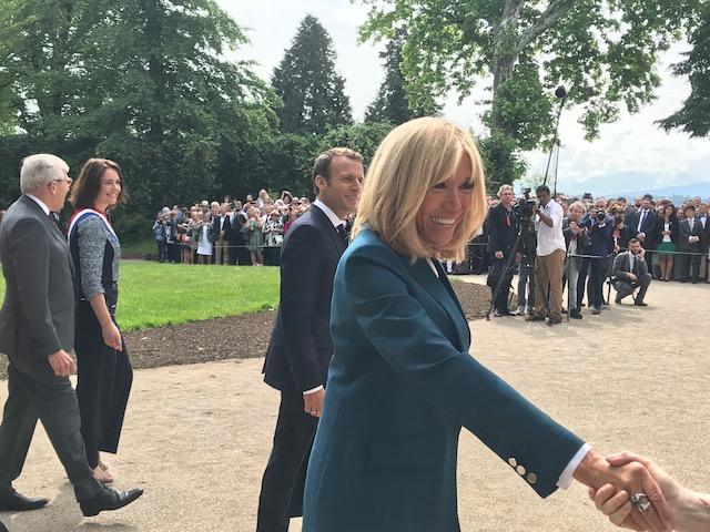 Château de Ferney Voltaire serrement de main avec Brigitte Macron