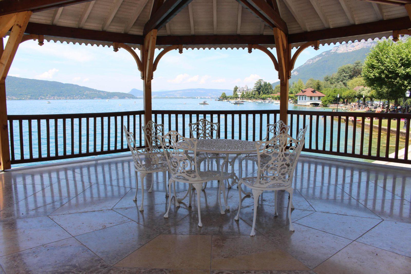 Le Palace de Menthon vue sur le lac depuis le kiosque