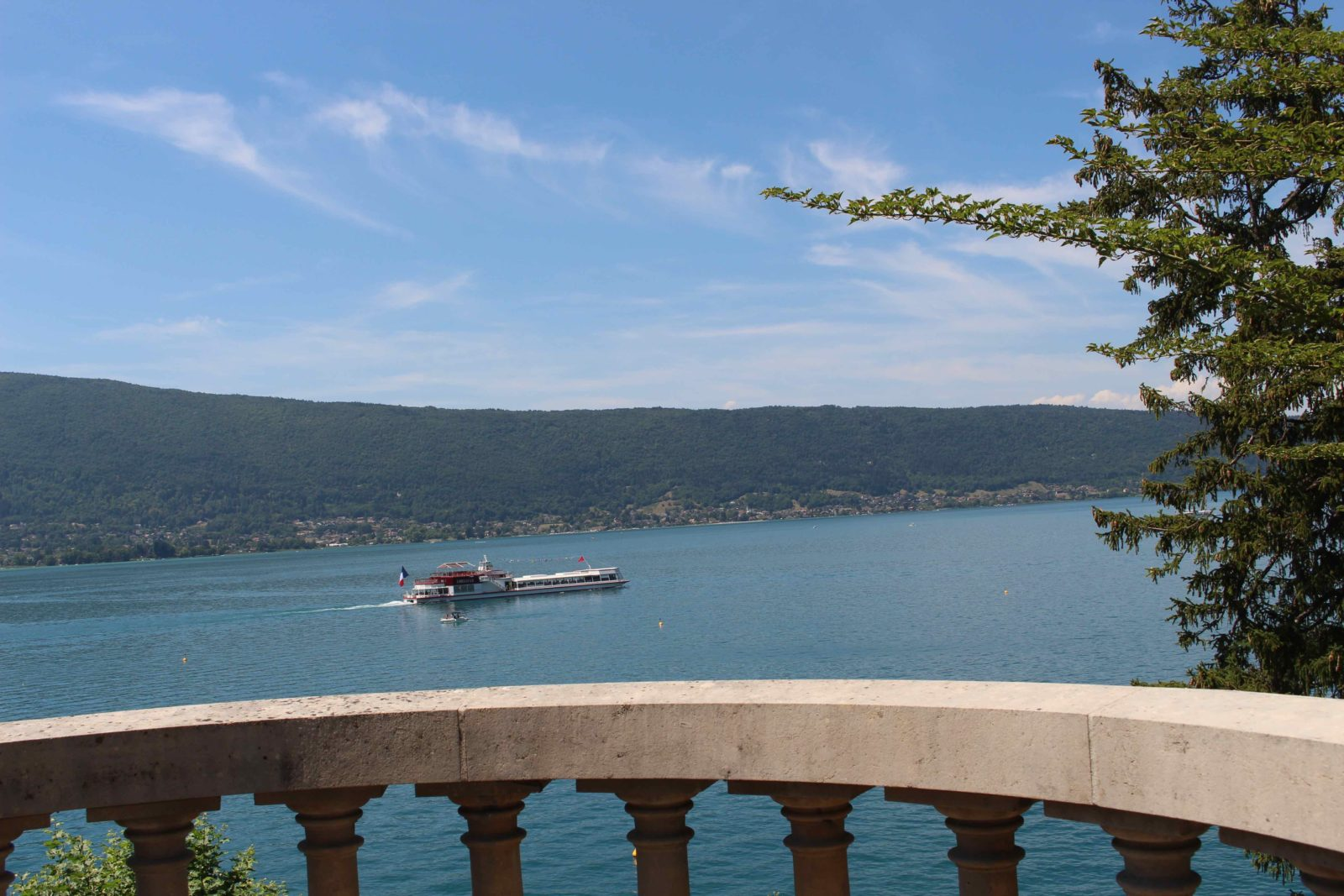 Le Palace de Menthon bateau sur le lac