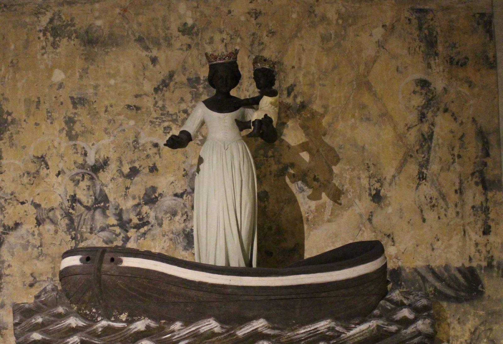 Boulogne-sur-Mer crypte Vierge noire avec enfant dans barque