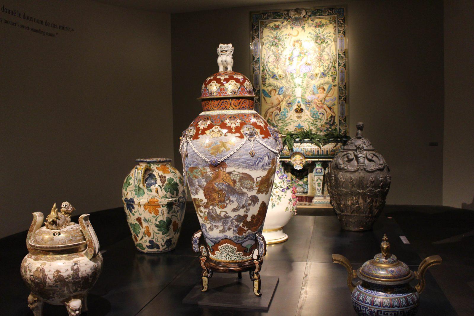 Porcelaine, émaux polychromes et or. Musée Ariana