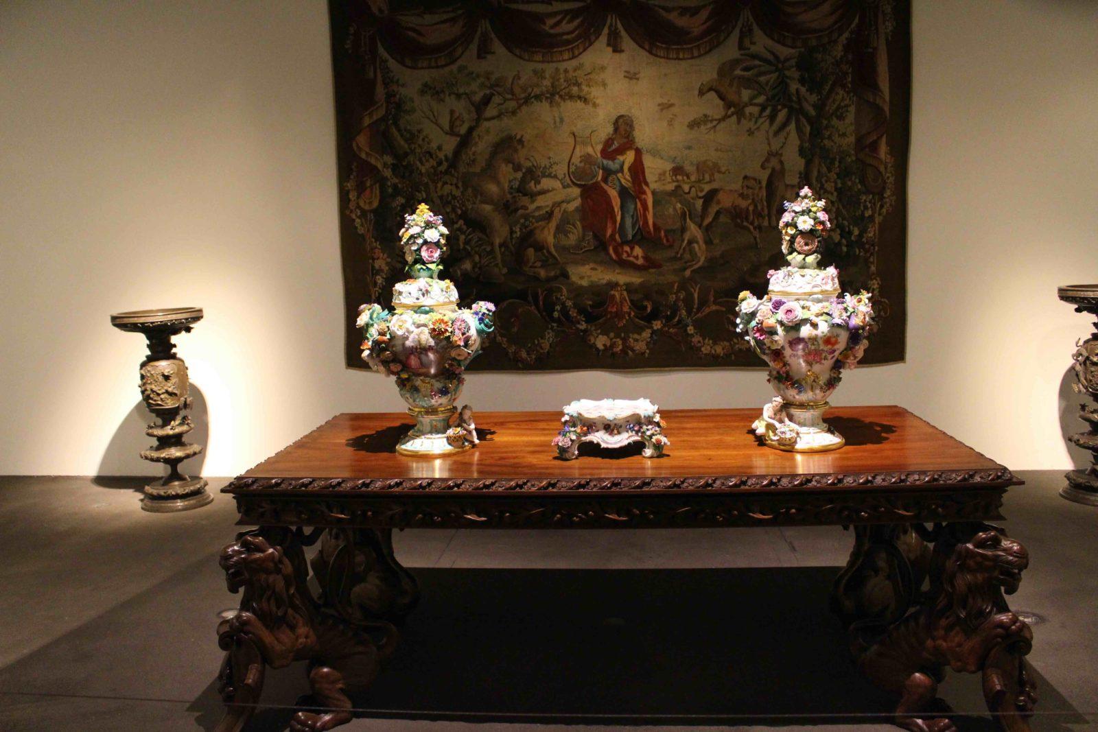Table aux pieds de lion Musée Ariana