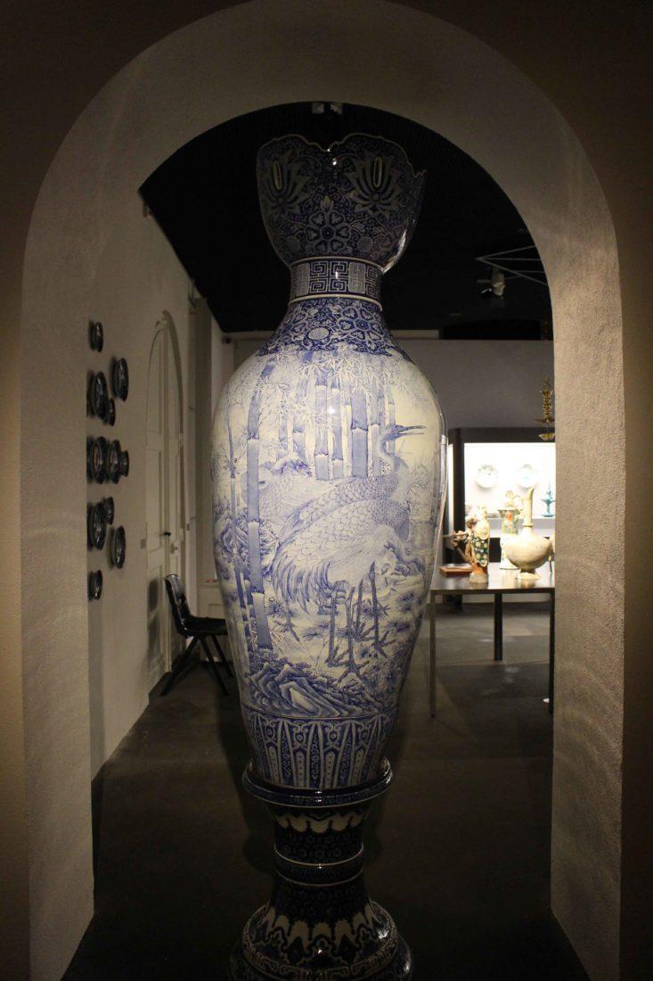 Un de deux grands vases japonais Musée Ariana