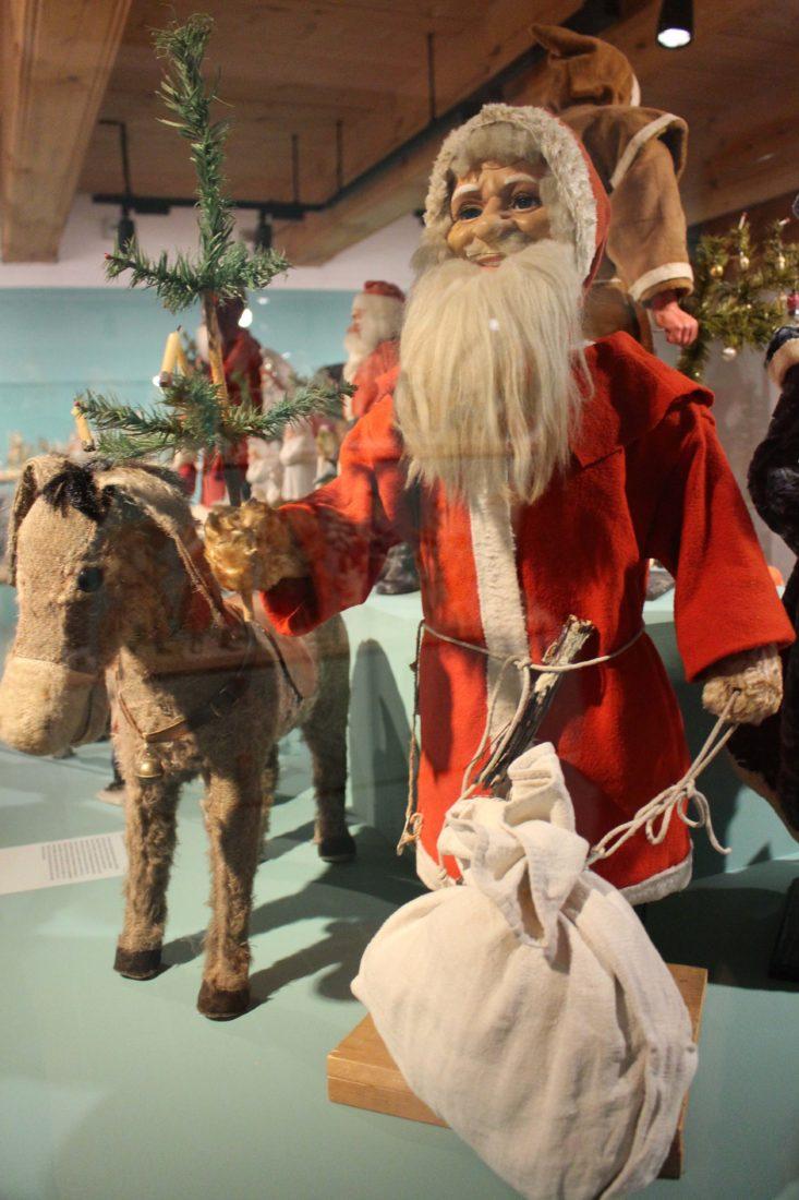 Château de Gruyères 2018 Père Noël souriant avec âne