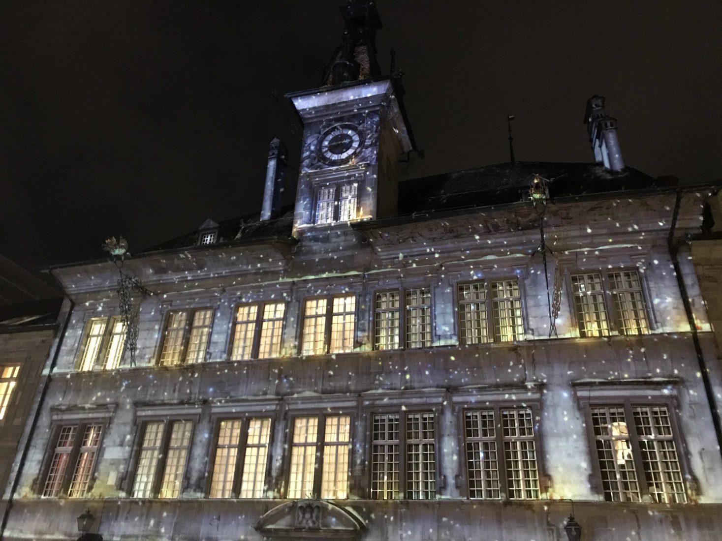 Bônoel 2018 neige sur façade hotel de ville Lausanne