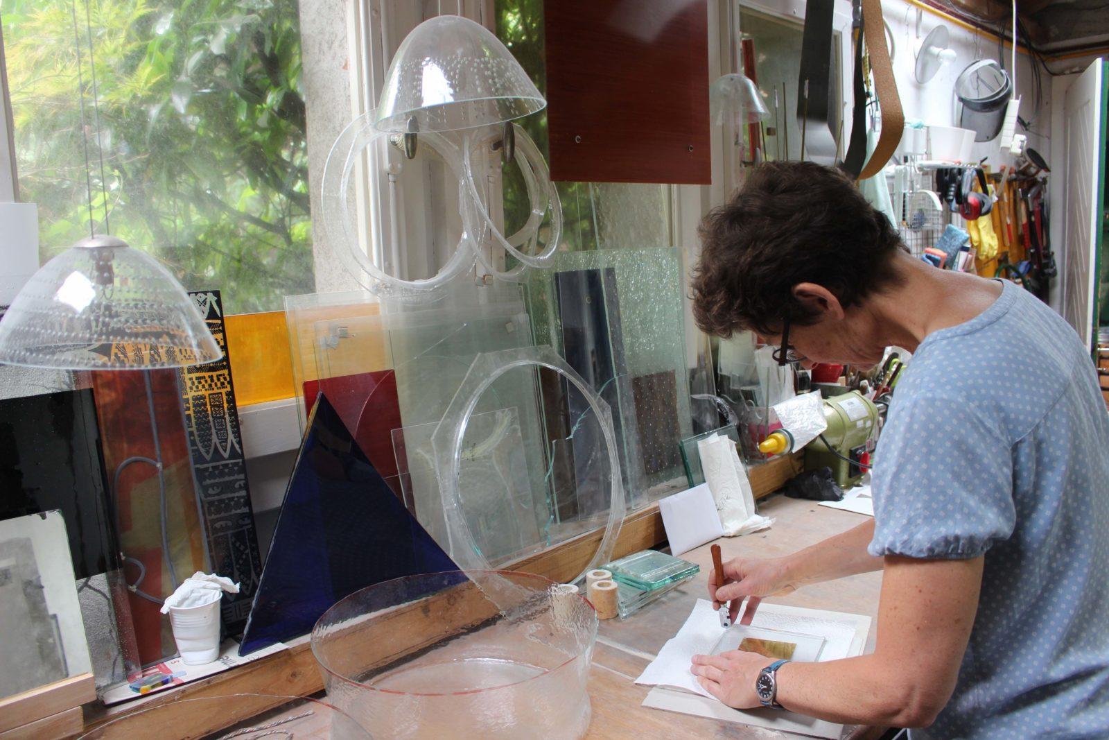 francoise Bolli dans son atelier au travail