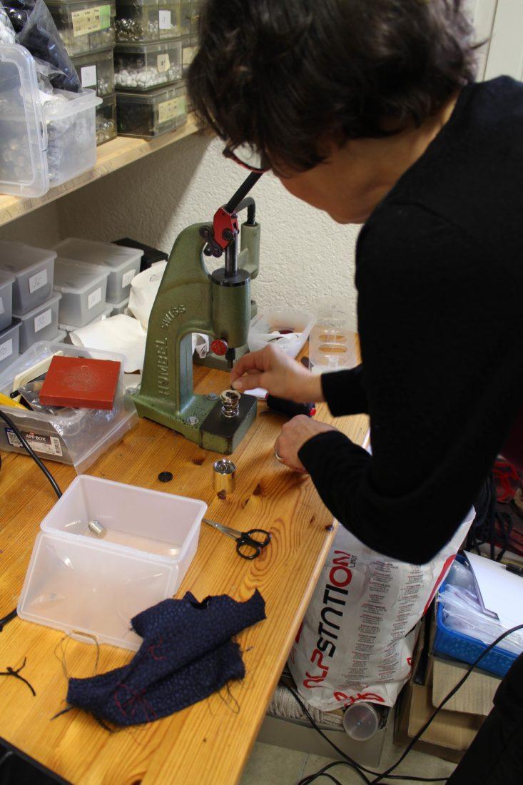 Atelier Casaquin Lausanne Marjorie devant sa machine