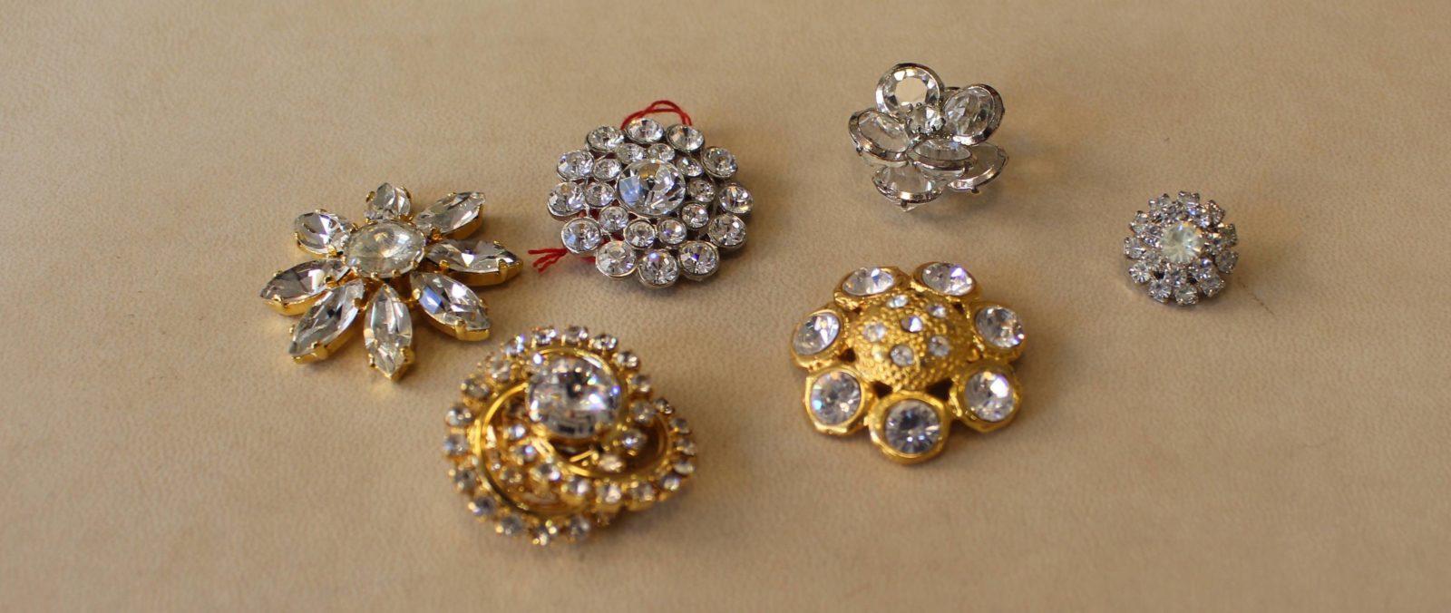 Atelier Casaquin Lausanne boutons brillants