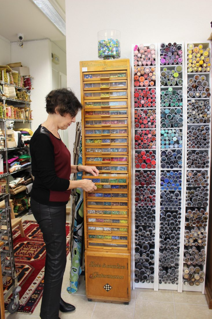 Atelier Casaquin Lausanne Marjorie et ses cylindres de boutons