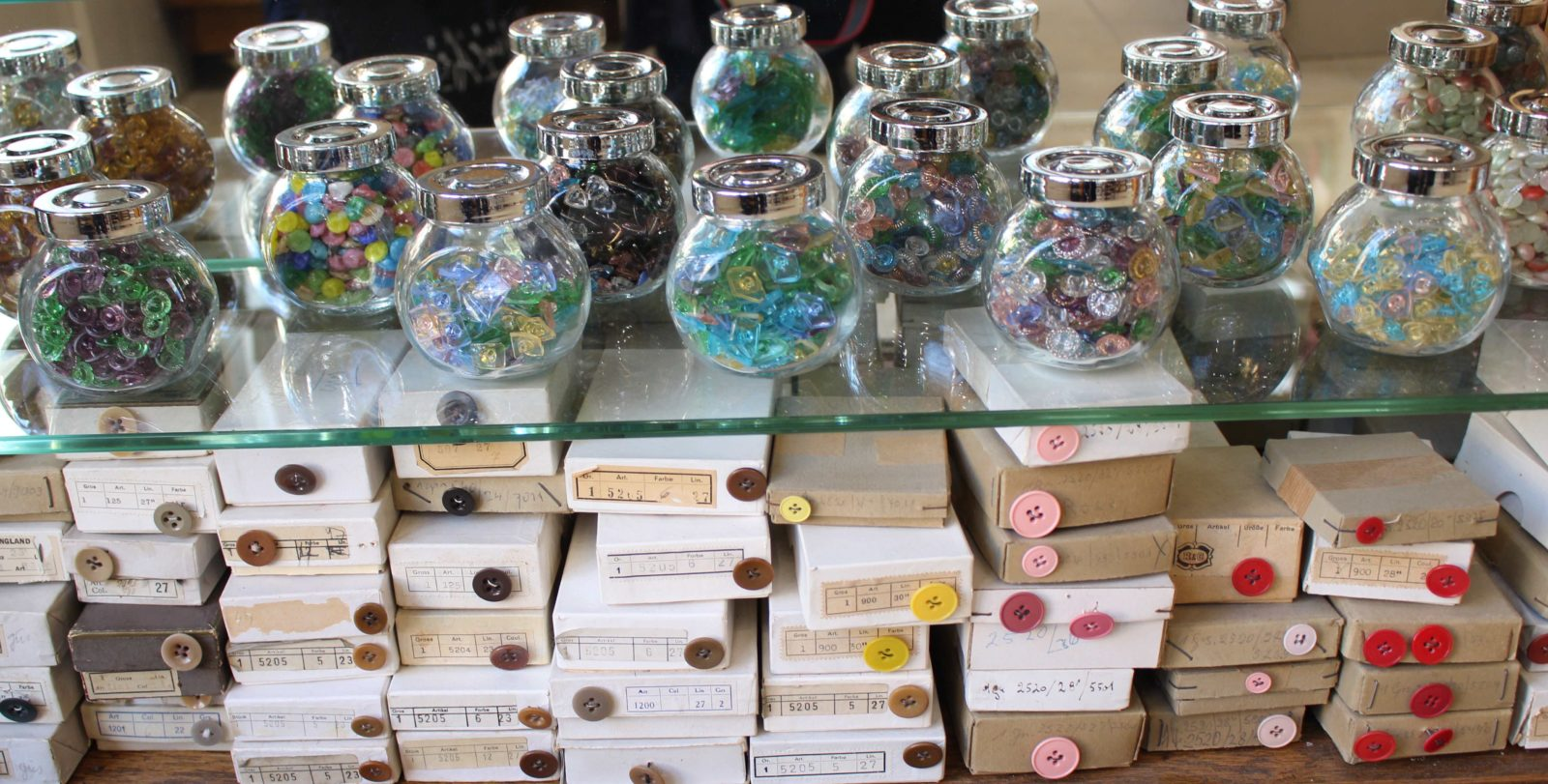 Atelier Casaquin Lausanne récipients en verre avec boutons