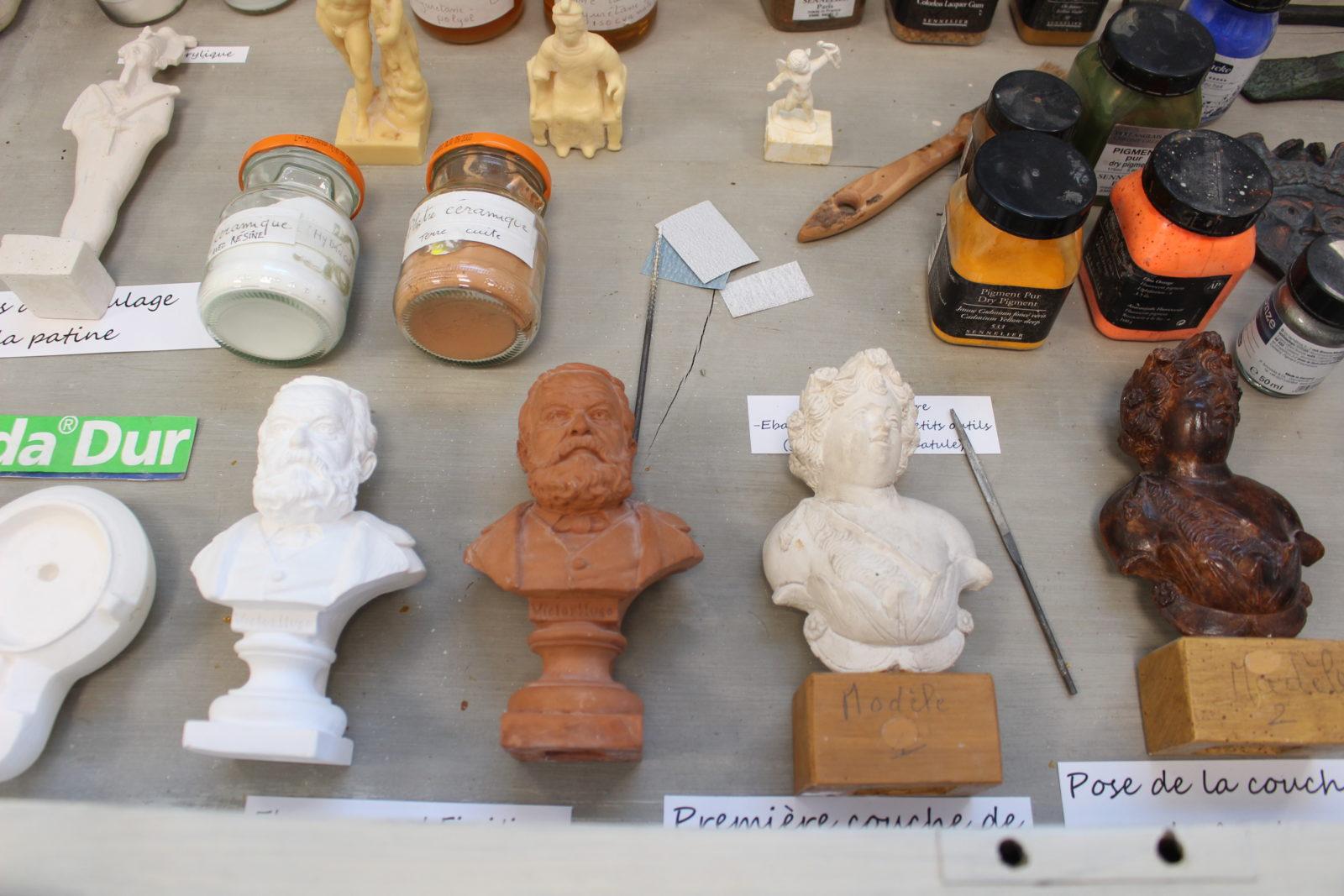 Besançon atelier de moulage - vitrine avec différents moulages