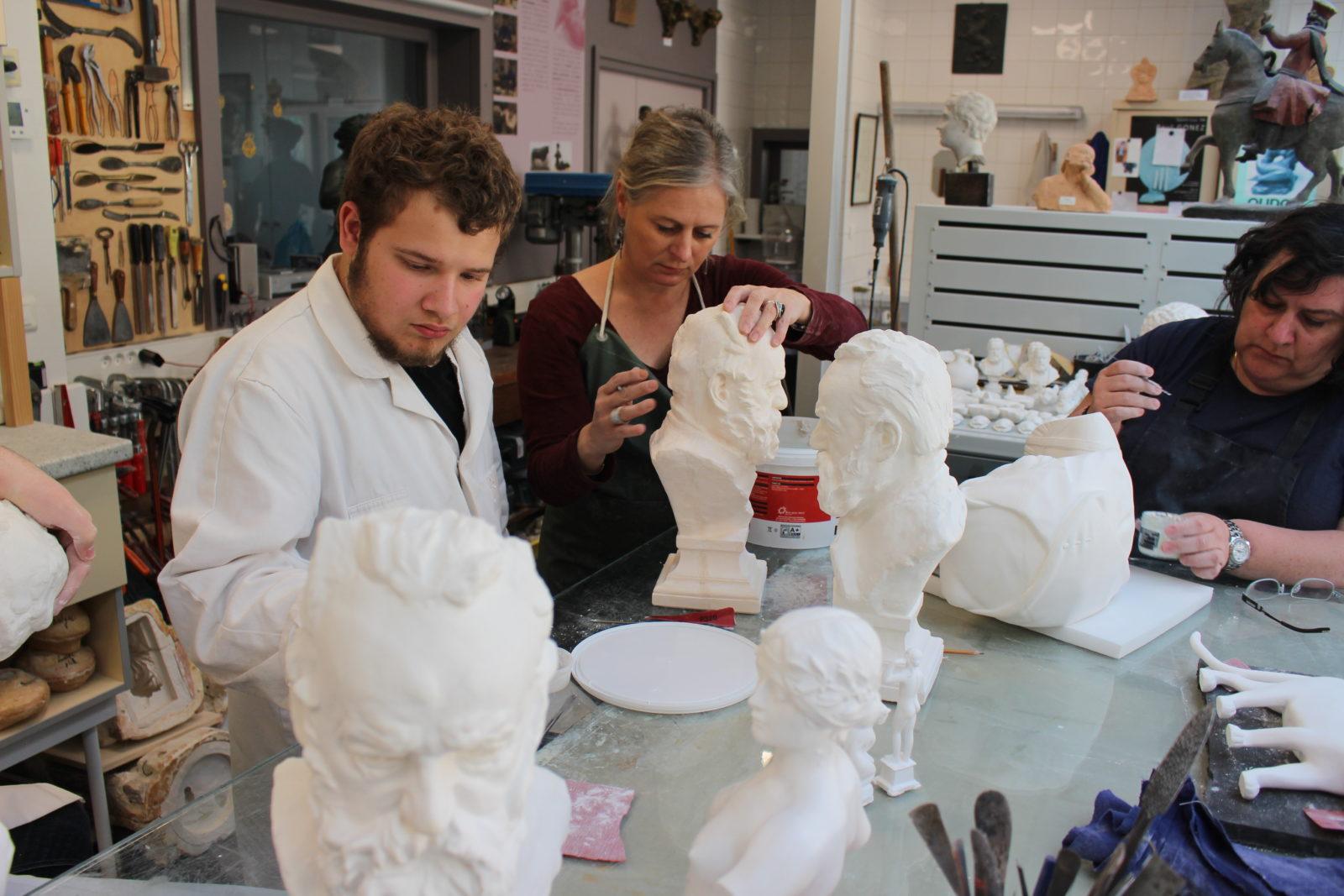 Besançon atelier de moulage - Murielle Dovillaire et un apprenti