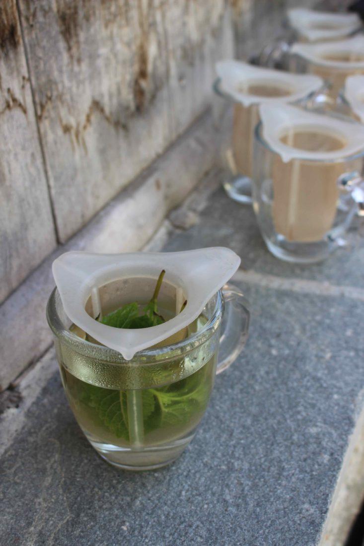 Valais les herbes médicinales macèrent dans le thé