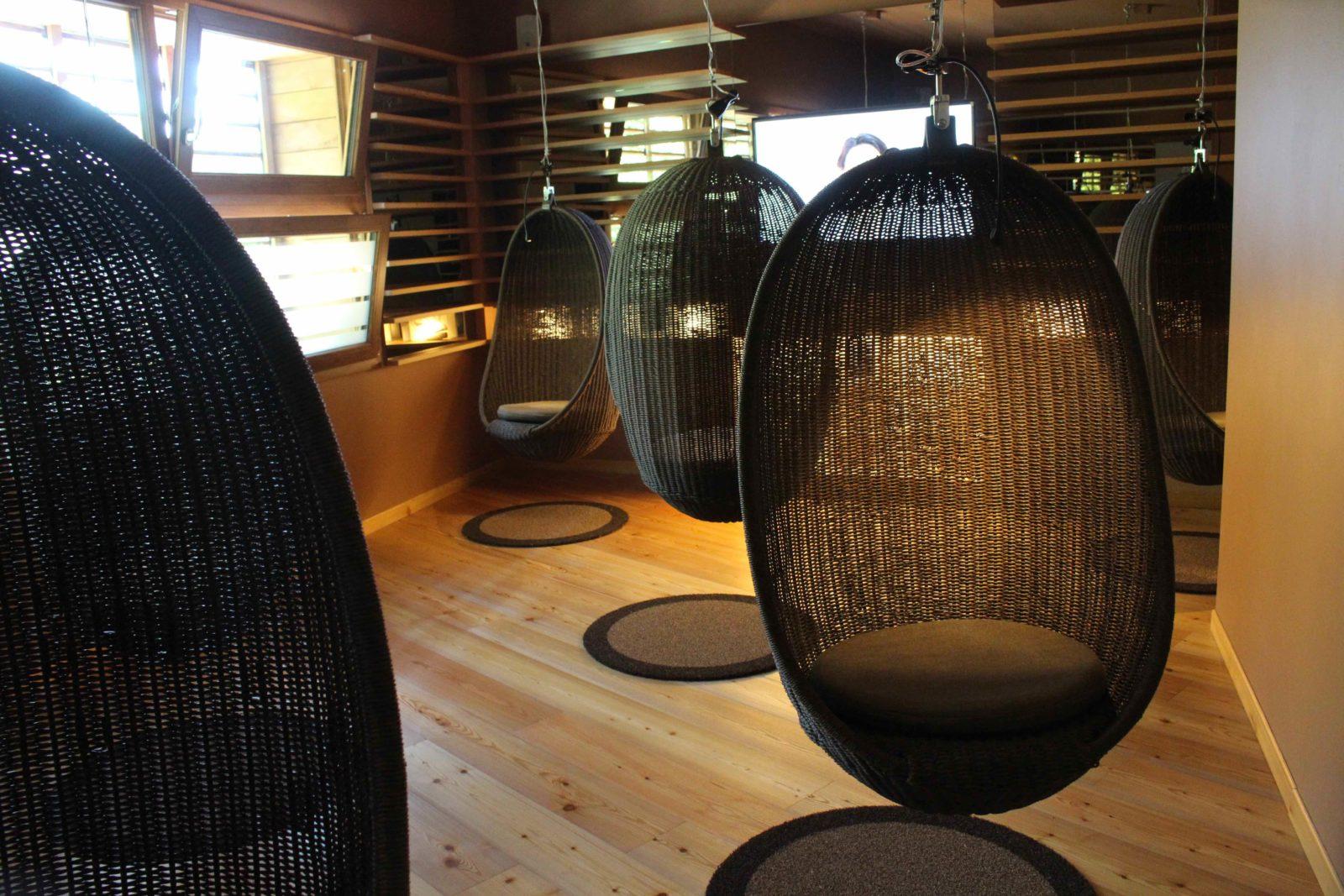QC Terme Chamonix fauteuils oeufs suspendus