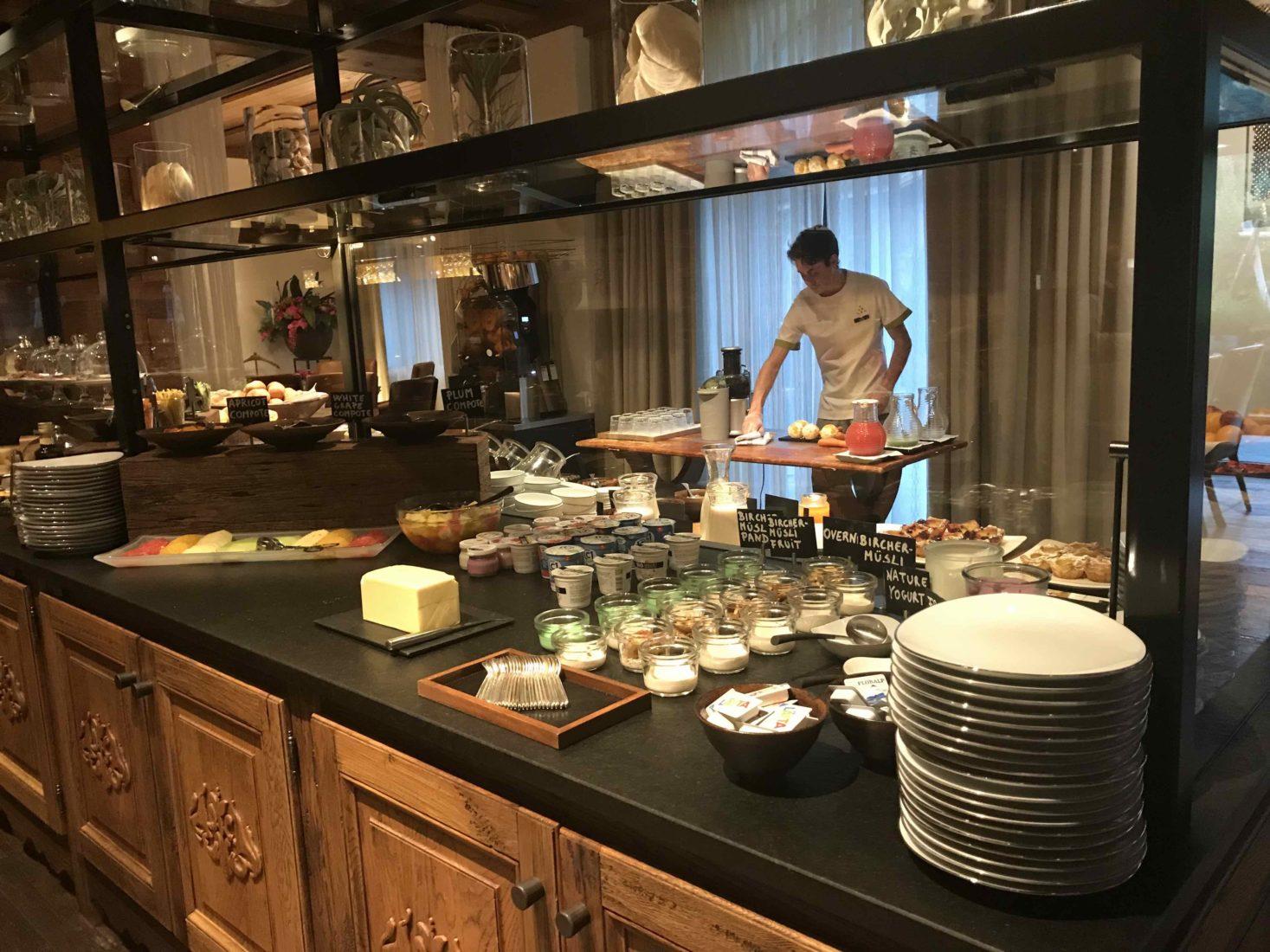 Hôtel Alpina Gstaad Suite petit déjeuner
