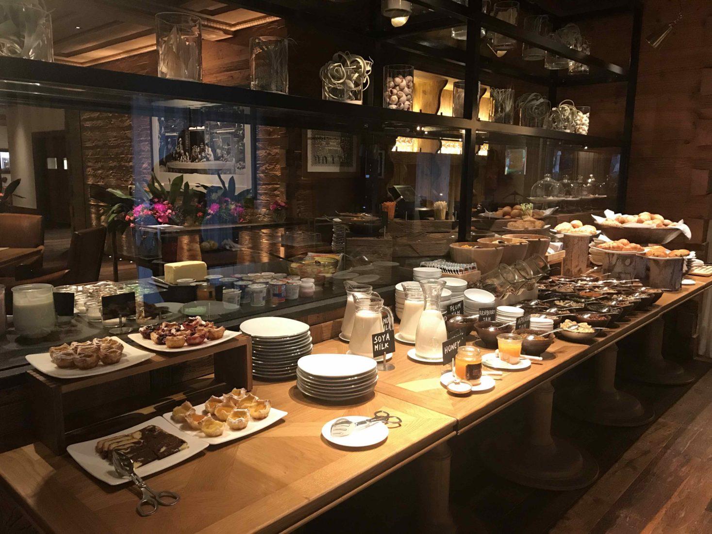 Hôtel Alpina Gstaad Suite petit déjeuner complet