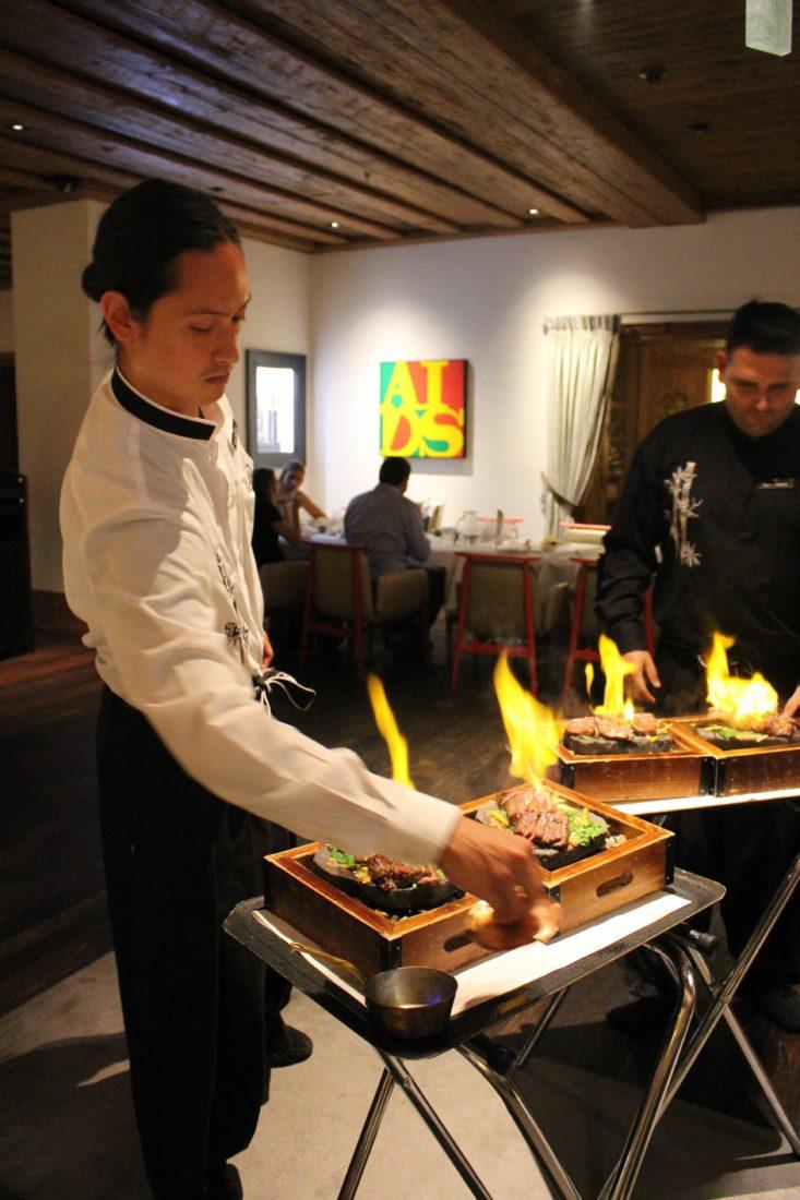 MEGU restaurant japonais Alpina Gstaad boeuf flambé