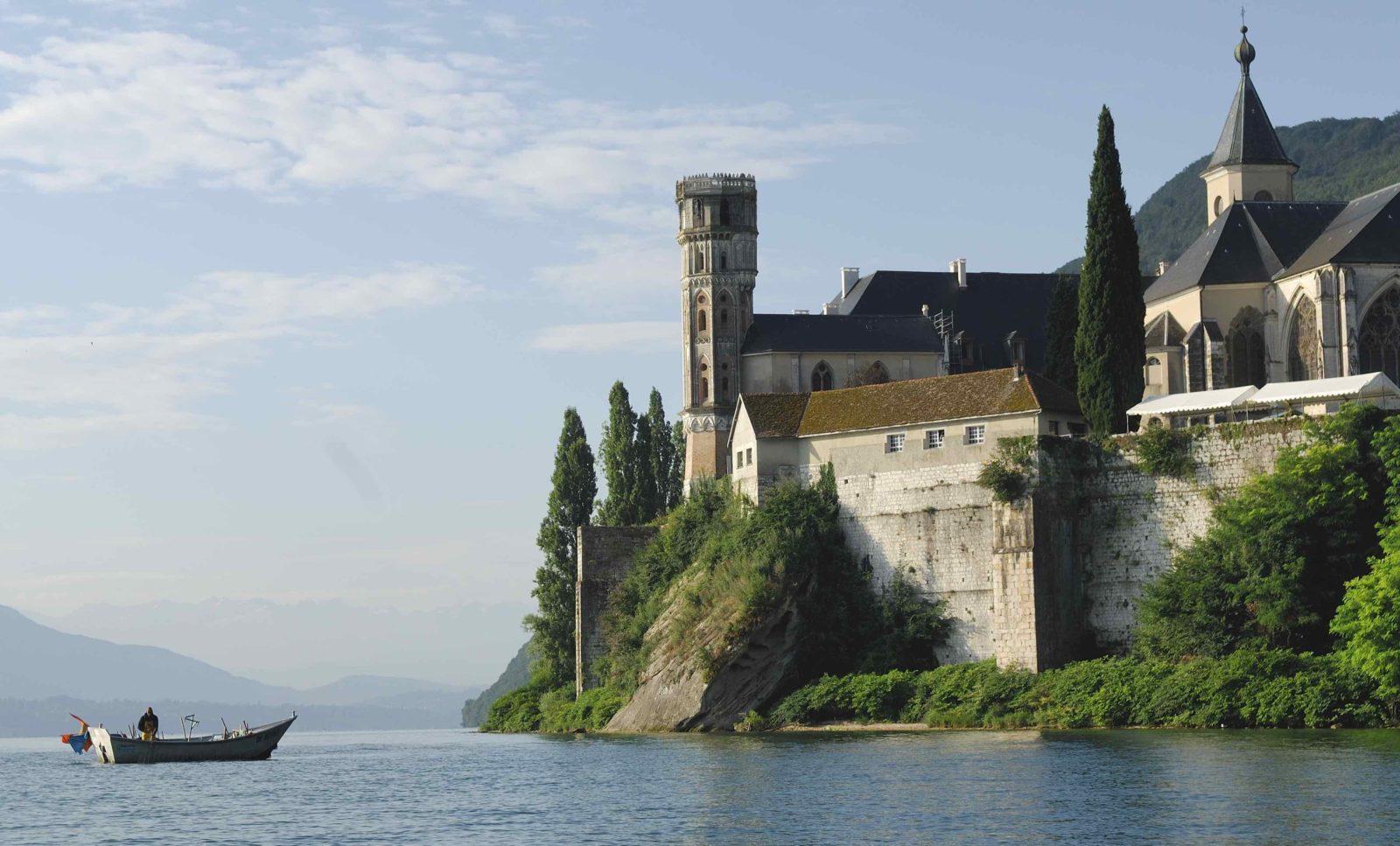 Abbaye d'Hautecombe barque sur le lac