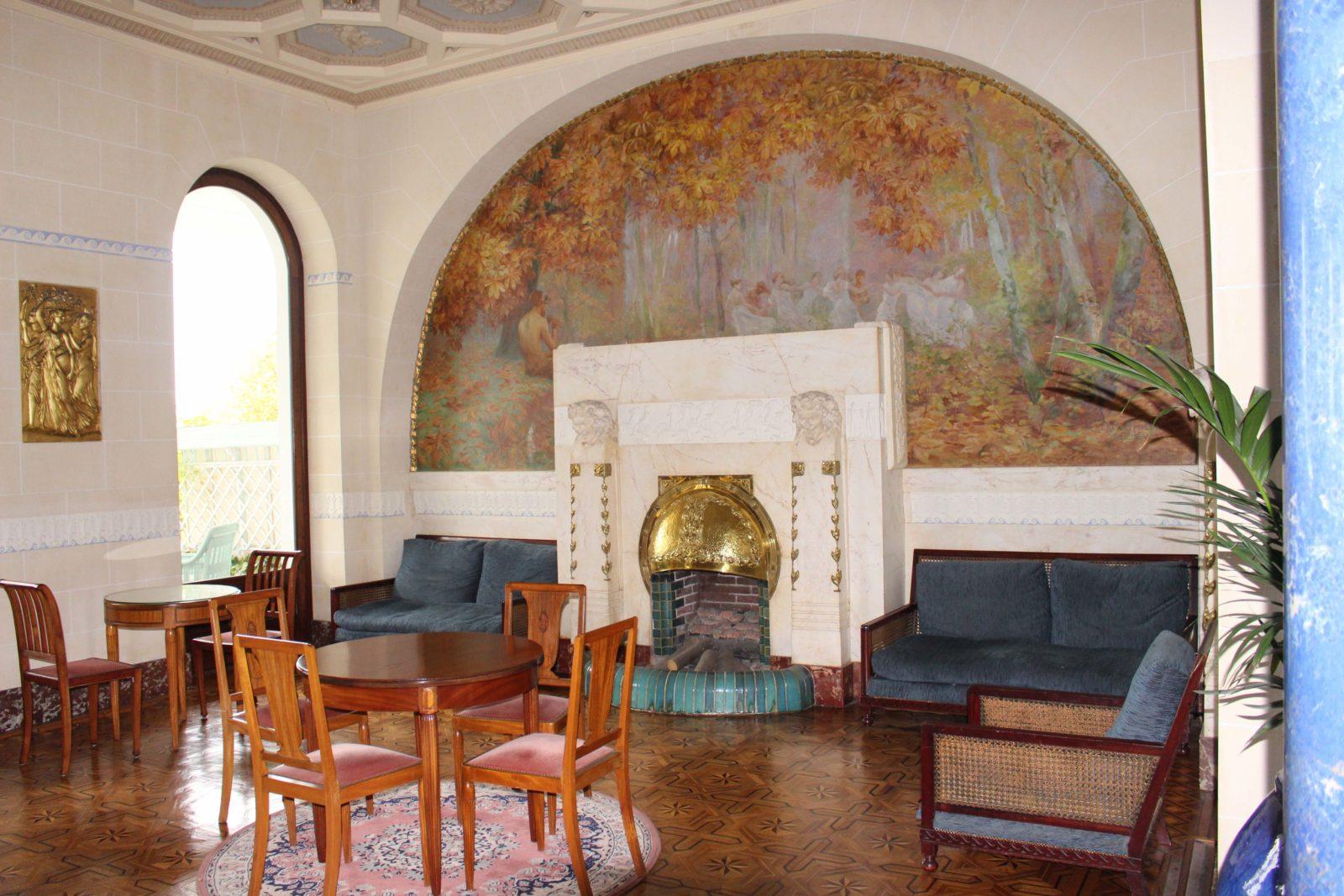 Aix-les-Bains, salon du Splendide avec peintures