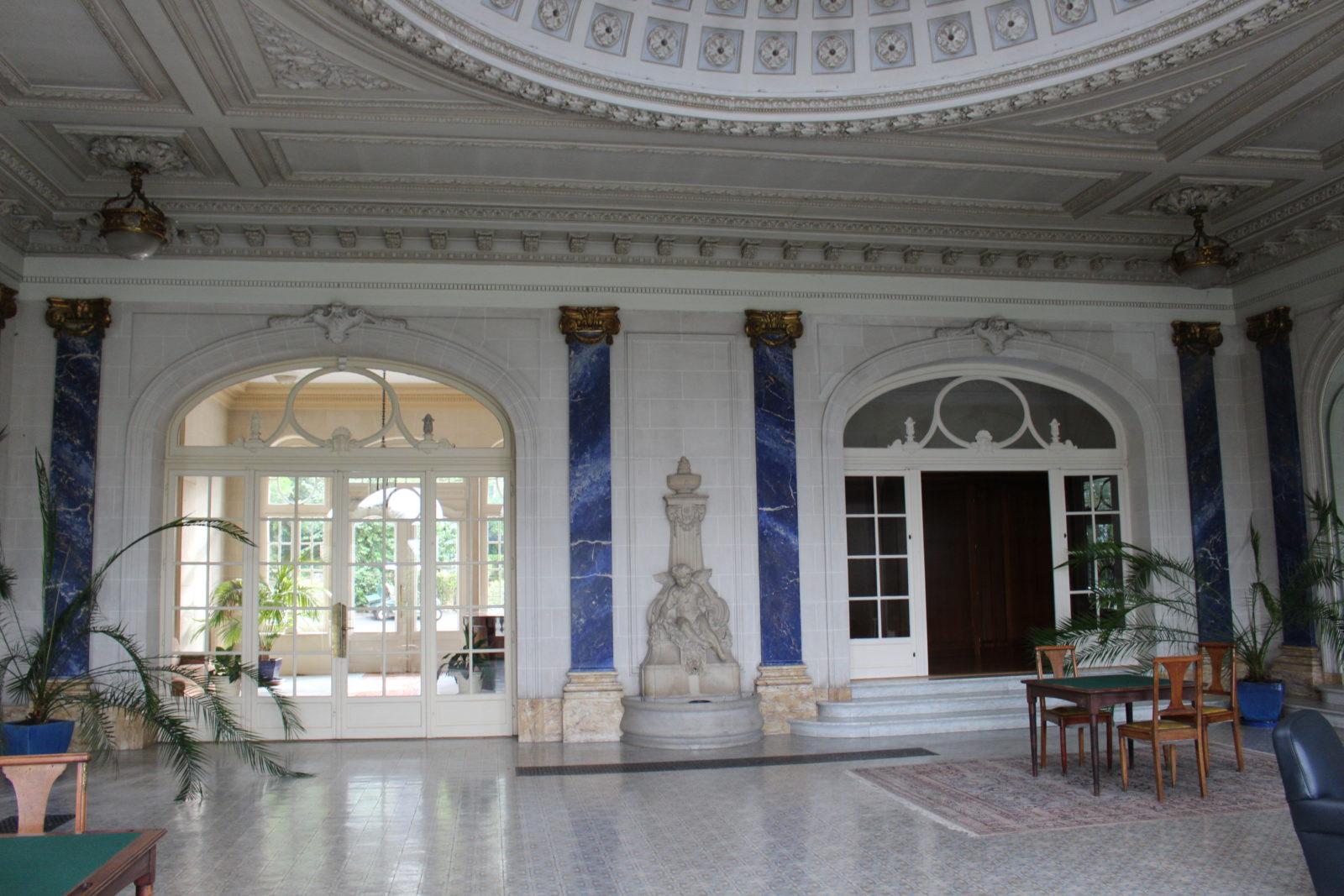 Aix-les-Bains, salon du Royal avec colonnes en lapis lazuili
