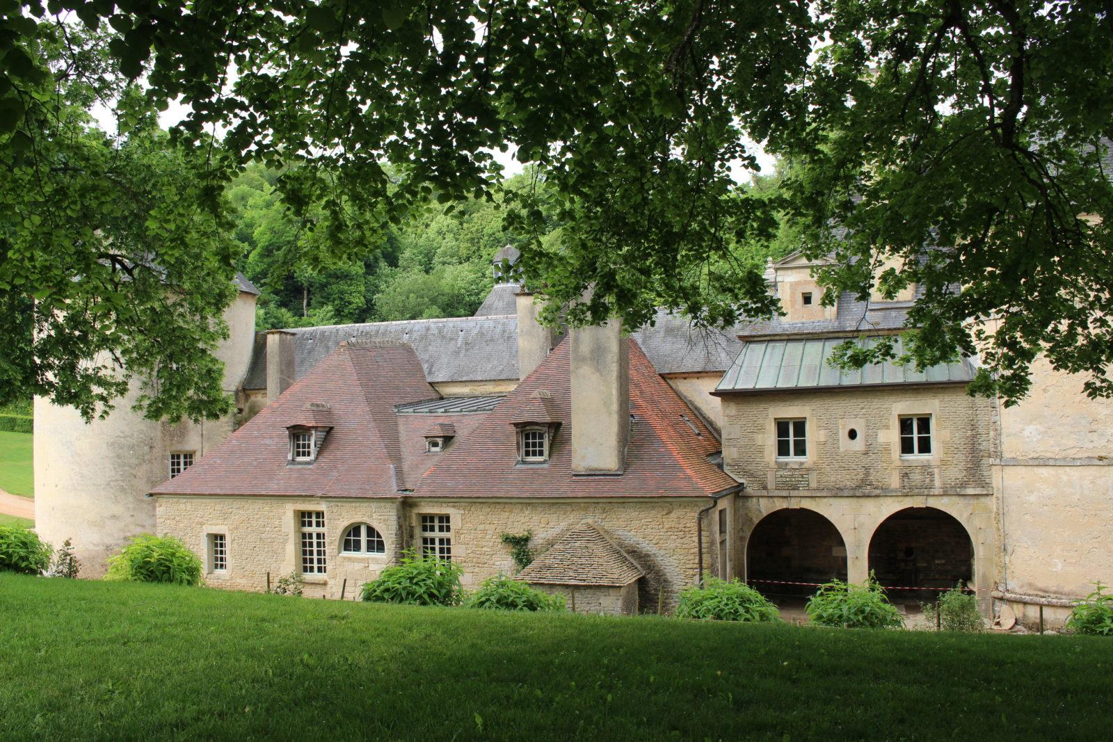 Château de Bussy-Rabutin en été