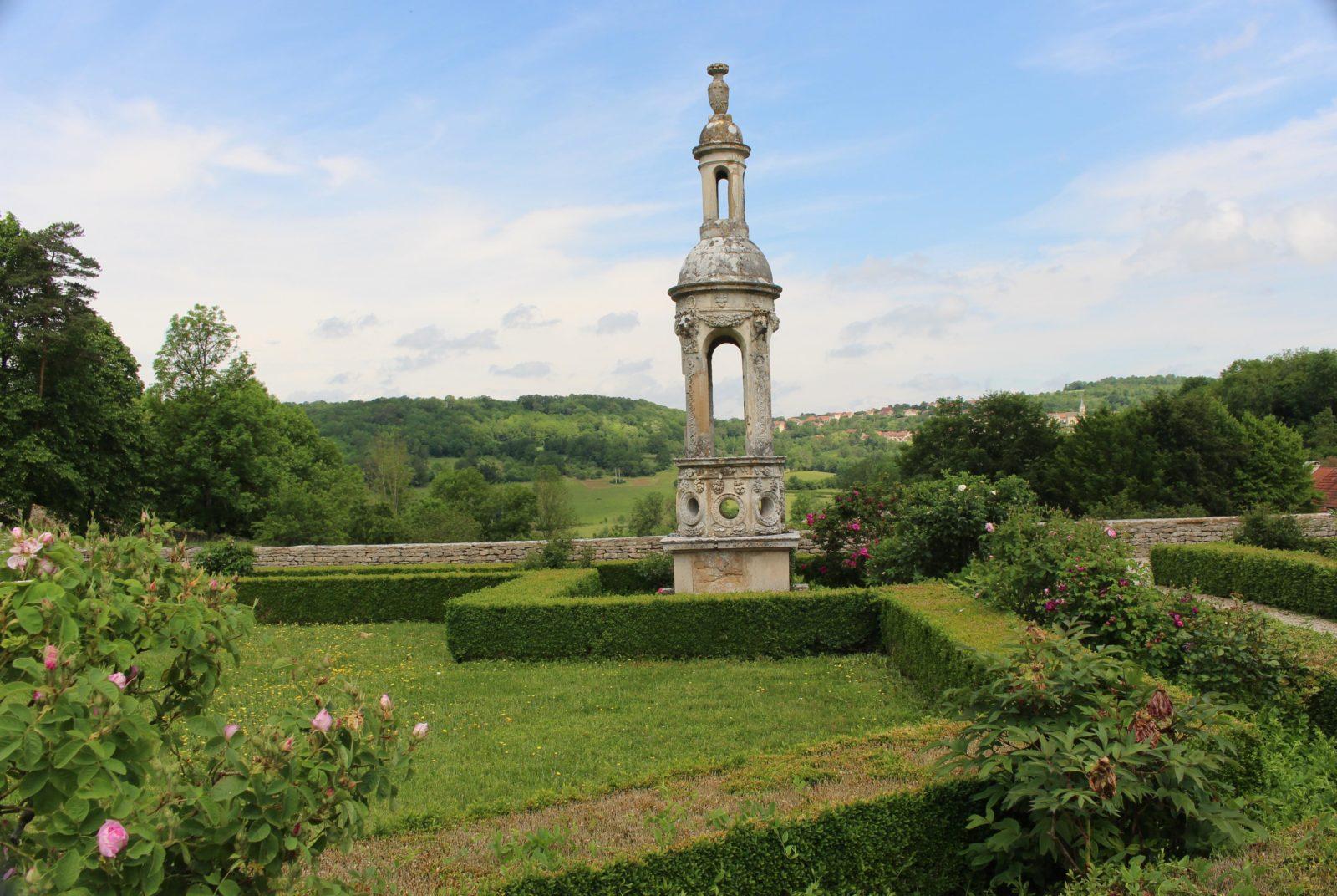 Parc du Château de Bussy-Rabutin en été