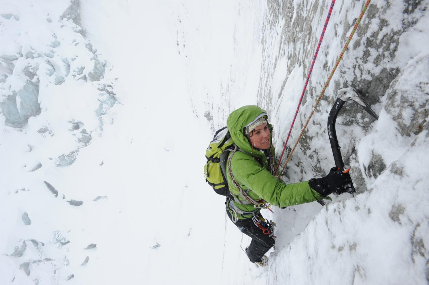 Alpinisme inscrit à l'UNESCO - une alpiniste en action