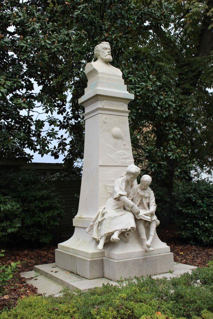 Nantes Jardin des plantes Statue de Jules Verne
