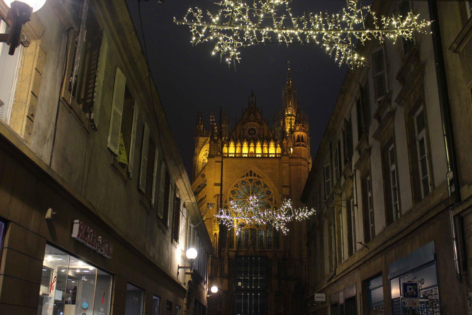 Metz cathédrale de nuit avec décorations Noël