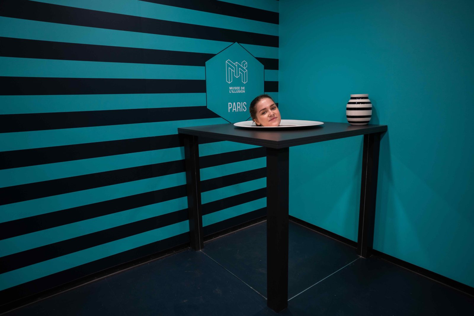 Paris Musée de l'Illusion - A table !